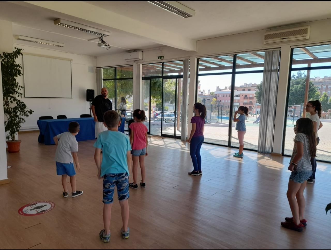 Crianças dançam ao som do hip hop!