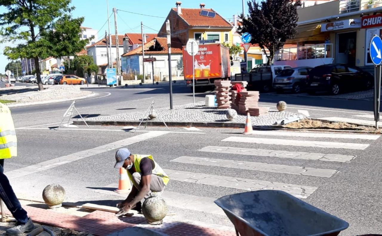 Rebaixamento do pavimento, junto às passadeiras da Rua Marquês de Pombal no Cacém.