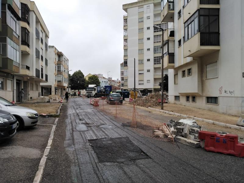 Avançam a bom ritmo as obras de requalificação e pavimentação da Rua de Vale Mourão no Cacém